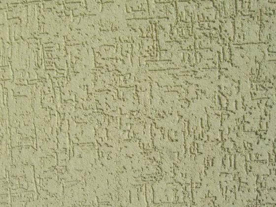 Нанесение шпаклевки короед на стены