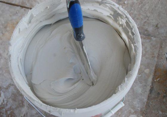 Заделать трещины эластичной шпаклевкой