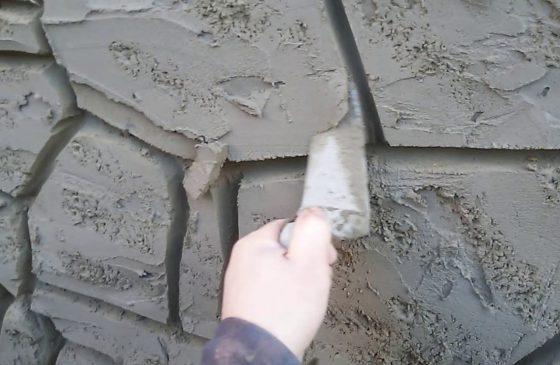 Имитация дикого камня на цоколе из штукатурки