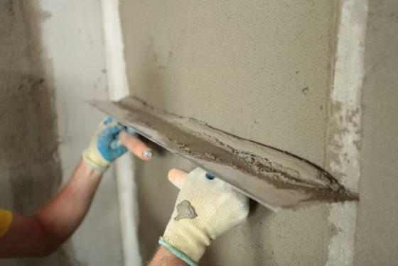 Надо ли и как правильно штукатурить стены ванной
