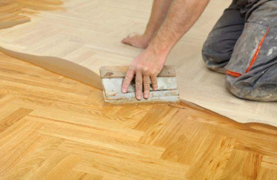 Нанесение шпаклевки на деревянный пол