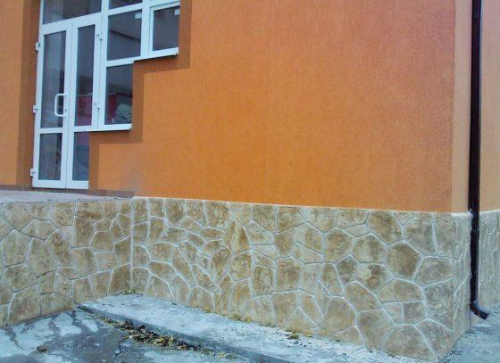 Отделка цоколя дома камнем