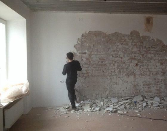 Удаление старых слоев с кирпичной стены